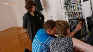 Meetingu se účastnily i ženy. Bohdan vysvětluje funkci jednotlivých modulů