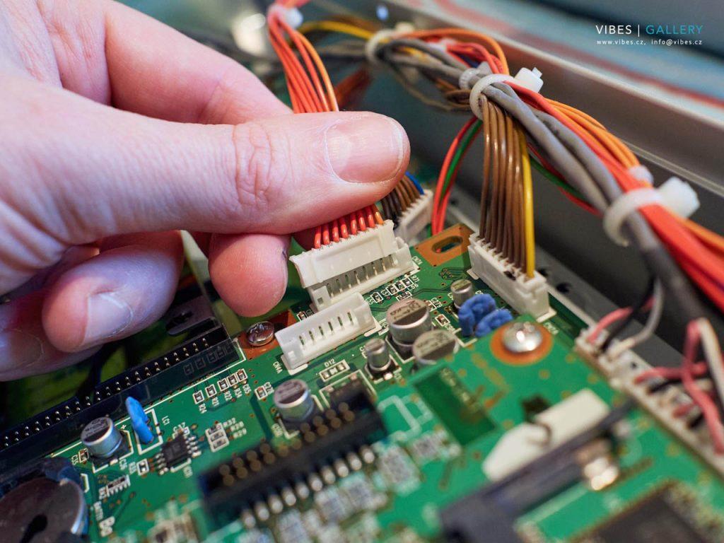 Výměna dotykové plochy displaye - kontrola konektorů